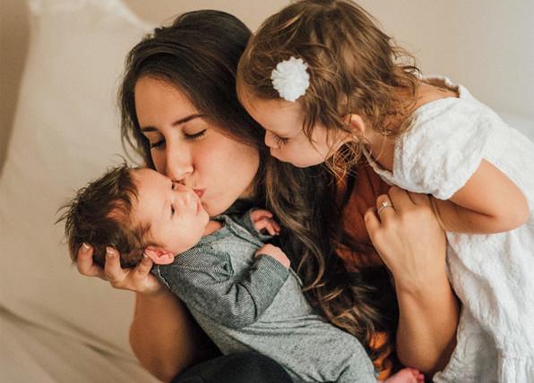 Kangurowanie –  jak ważne jest przytulanie dziecka?